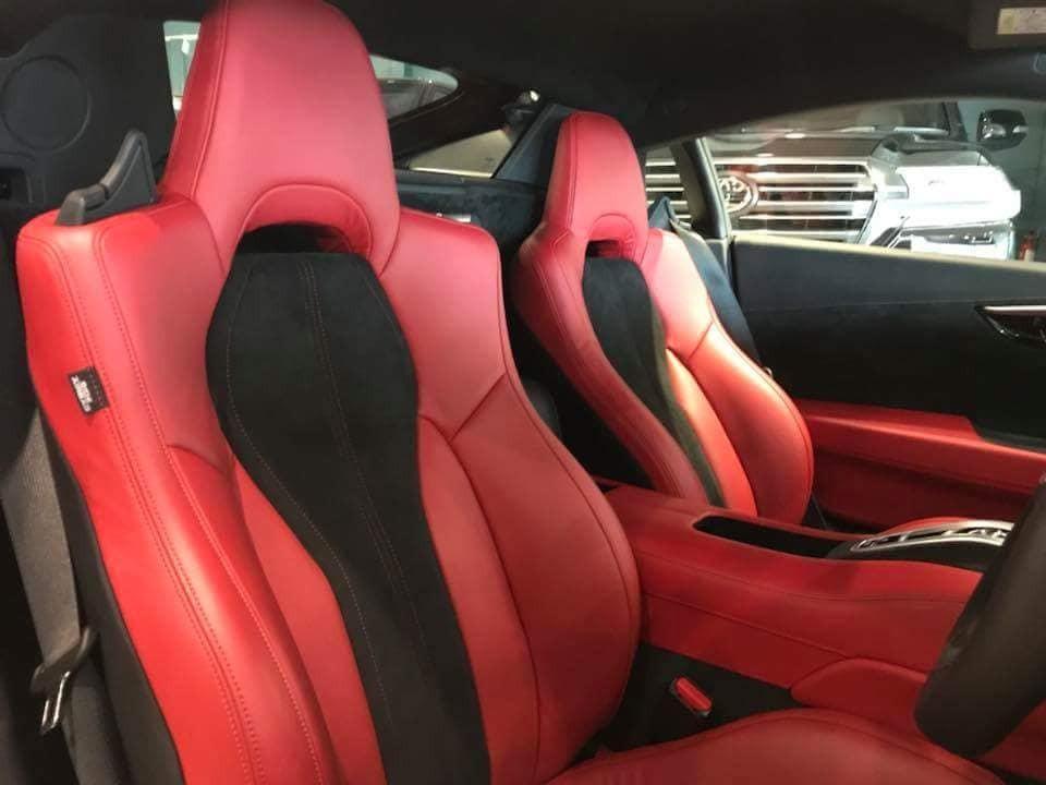 Ghế ngồi bọc da màu đỏ-đen