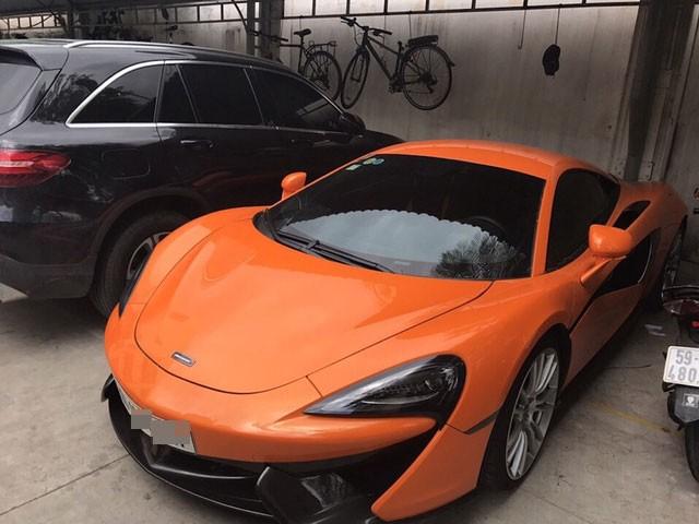 Siêu xe McLaren 570S màu cam bị cảnh sát tịch thu