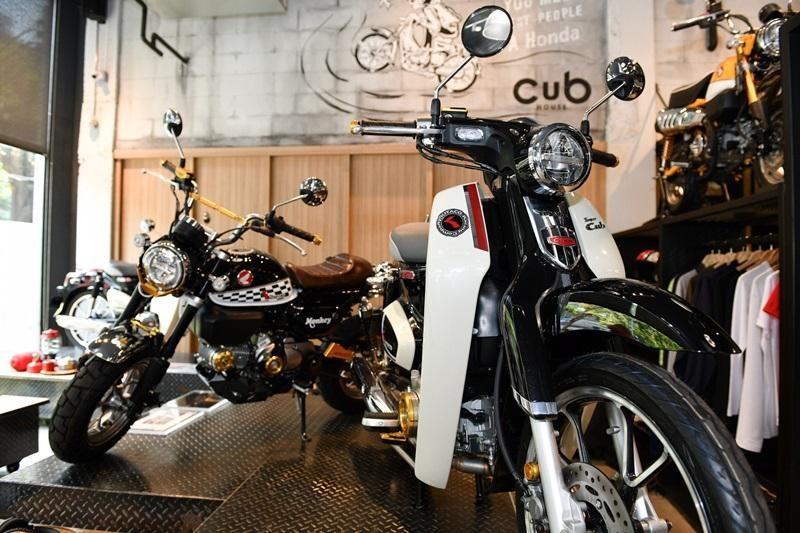Honda Monkey Black Twilight bên cạnh Cub C125