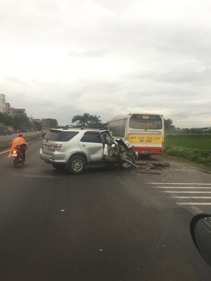Hiện trường vụ tai nạn giữa chiếc Toyota Fortuner và xe buýt