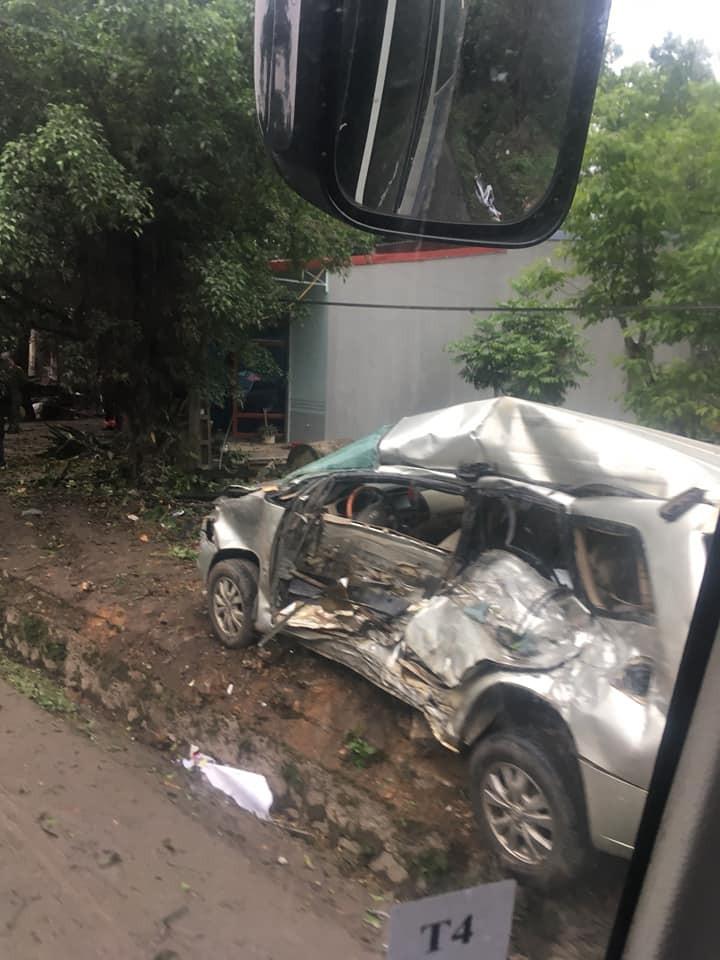 Chiếc Toyota Innova bị hỏng nặng sau vụ tai nạn