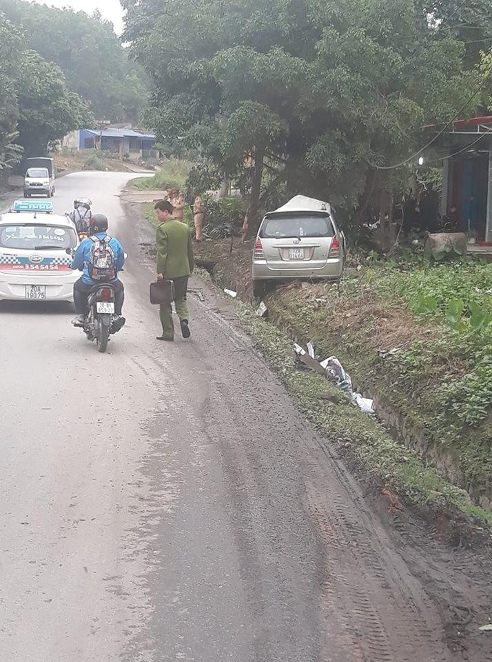Chiếc Toyota Innova bị xe tải đâm trúng, hất văng vào bãi cỏ bên đường