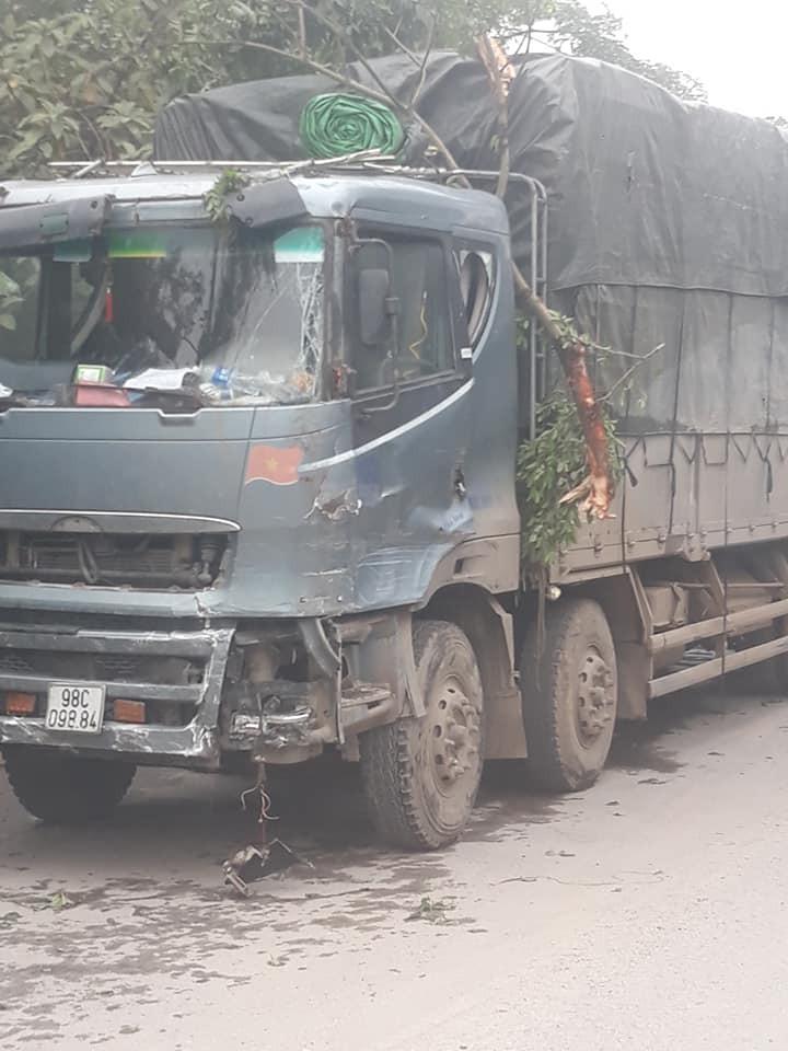 Chiếc ô tô tải cũng bị biến dạng phần đầu xe