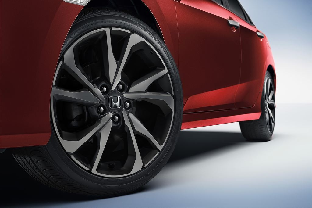 Khác với 2 bản E và G, phiên bản RS của Honda Civic 2019 được trang bị la-zăng 18 inch thể thao, bắt mắt