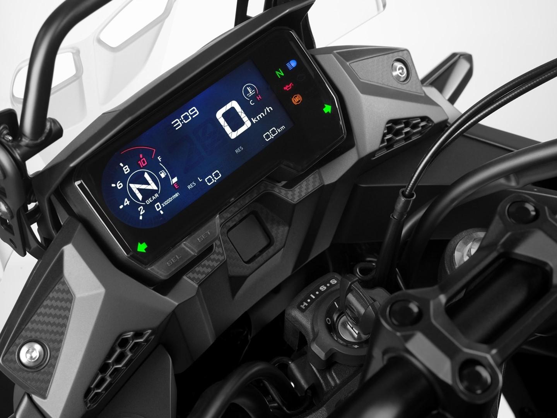 Bảng đồng hồ được nâng cấp lên màn hình kỹ thuật số LCD, bổ sung tính năng hiển thị số đang gài và đèn báo sang số trực quan hơn đời cũ.