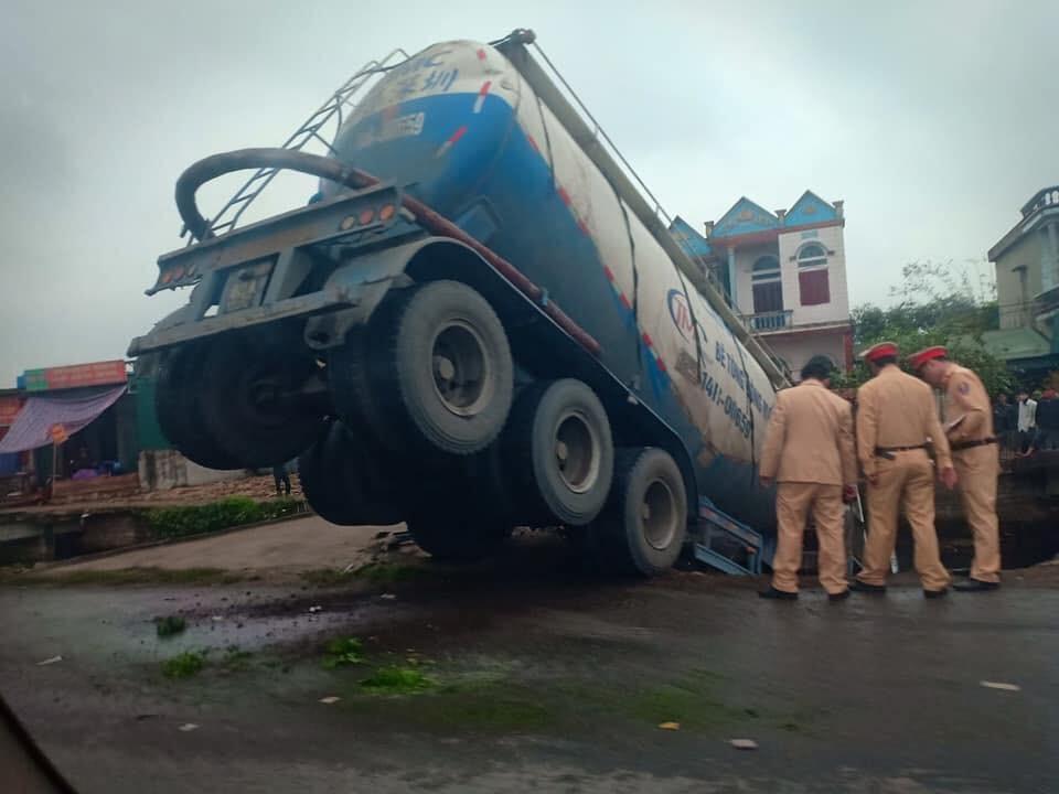 Lực lượng CSGT có mặt tại hiện trường vụ tai nạn