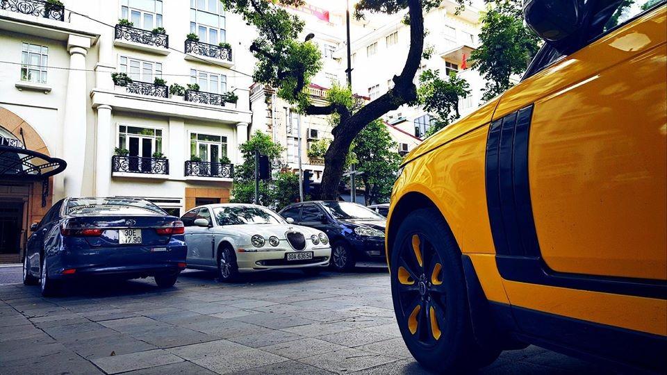 Chiếc Range Rover Autobiography này còn có bộ mâm đen-vàng