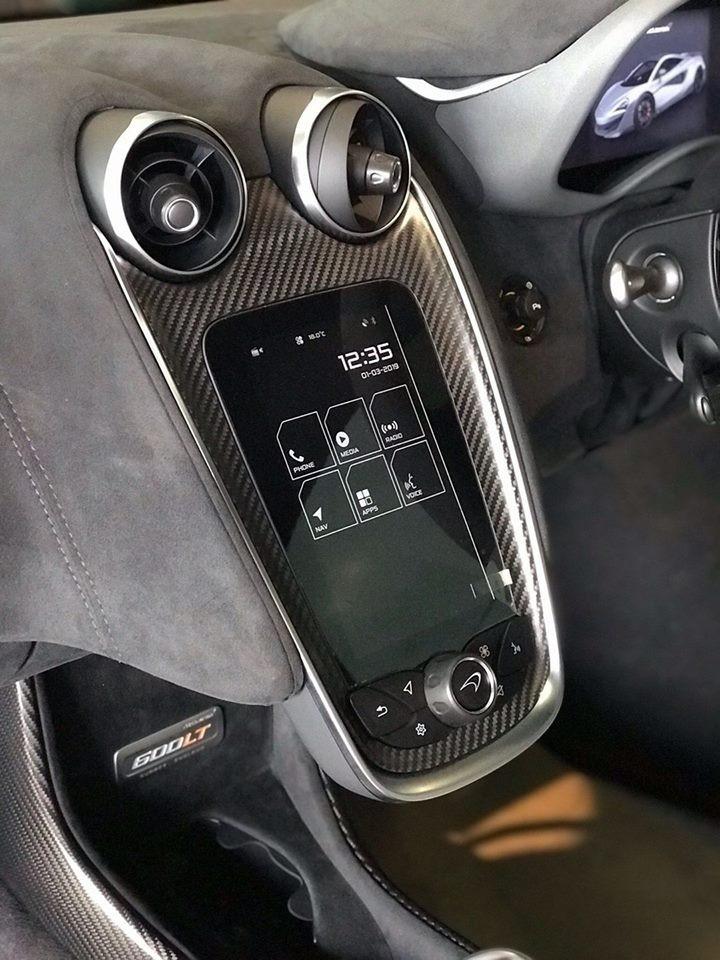 Nhiều chi tiết bên trong khoang lái ốp sợi carbon