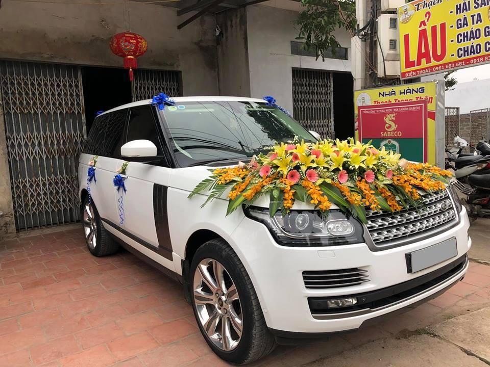 Range Rover với hoa cưới khủng trên nắp capô