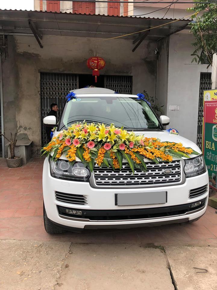 SUV hạng sang Range Rover làm xe hoa khiến cư dân mạng không khỏi sốc với bó hoa cưới
