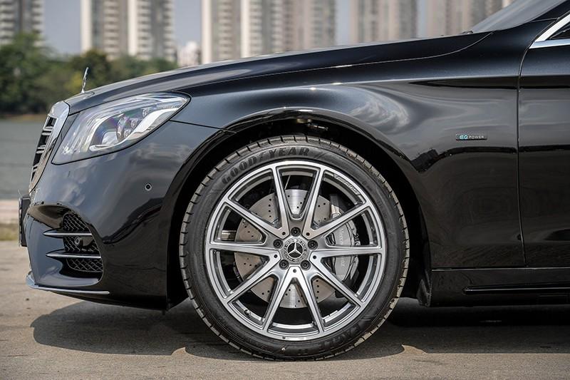 Mercedes-Benz S560e trang bị bộ vành 10 chấu AMG có kích thước 20 inch