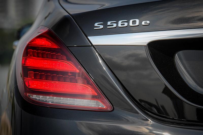 Vận tốc tố đa của Mercedes-Benz S560e sử dụng chế độ chạy hoàn toàn bằng điện là 130 km/h
