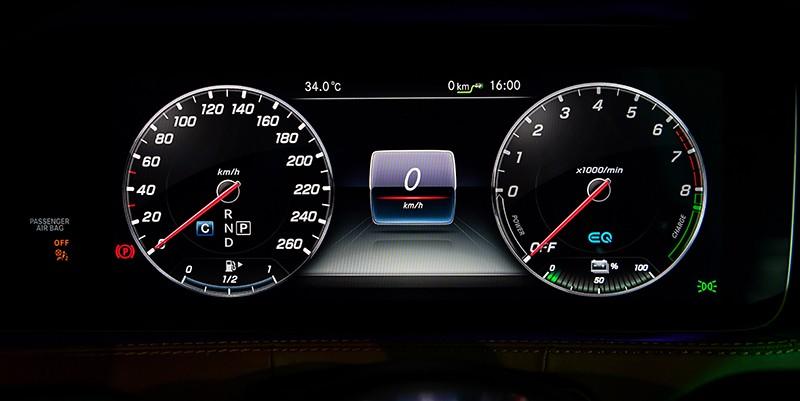 Chỉ với động cơ điện, Mercedes-Benz S560e có thể di chuyển được quãng đường dài 50 km