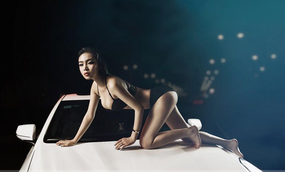 Mỹ nhân khoe thân thể tuyệt trần trong nội y màu đen, pose dáng đẹp cùng Cadillac