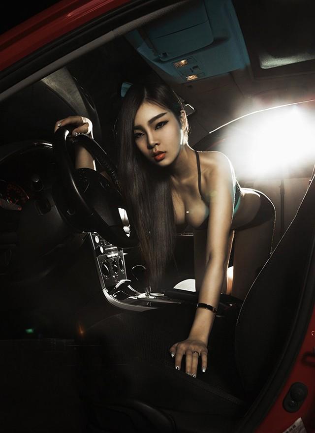 Mỹ nhân khoe thân thể tuyệt trần trong nội y màu đen, pose dáng đẹp cùng Cadillac - 5