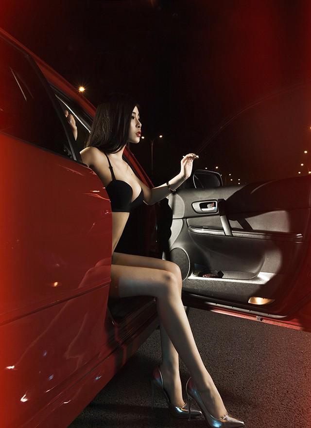 Mỹ nhân khoe thân thể tuyệt trần trong nội y màu đen, pose dáng đẹp cùng Cadillac - 8