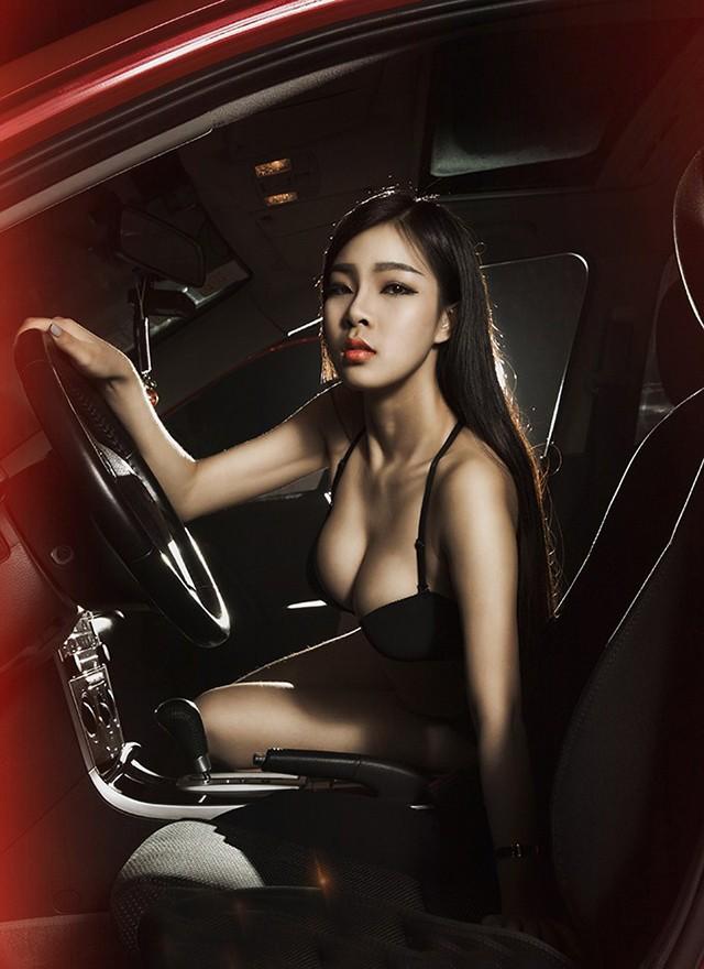 Mỹ nhân khoe thân thể tuyệt trần trong nội y màu đen, pose dáng đẹp cùng Cadillac - 9