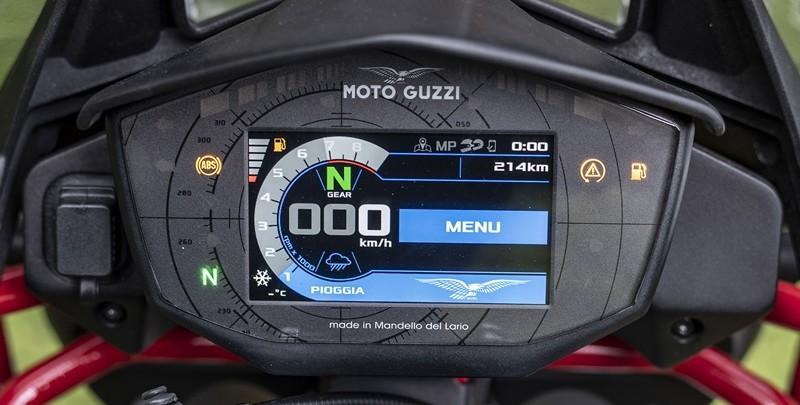 Đồng hồ điện tử hiện đại của Moto Guzzi V85 TT