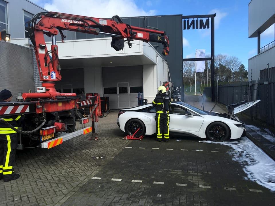 Chiếc BMW i8 sau khi được vớt ra từ thùng nước