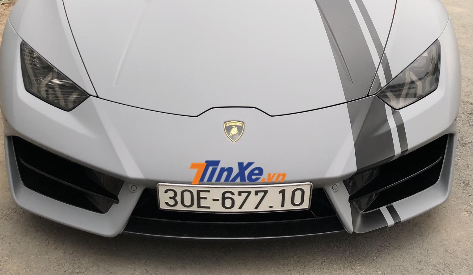 Siêu xe Lamborghini Huracan này thuộc bản dẫn động cầu sau nên hốc gió trước có thêm thanh gió nằm ngang