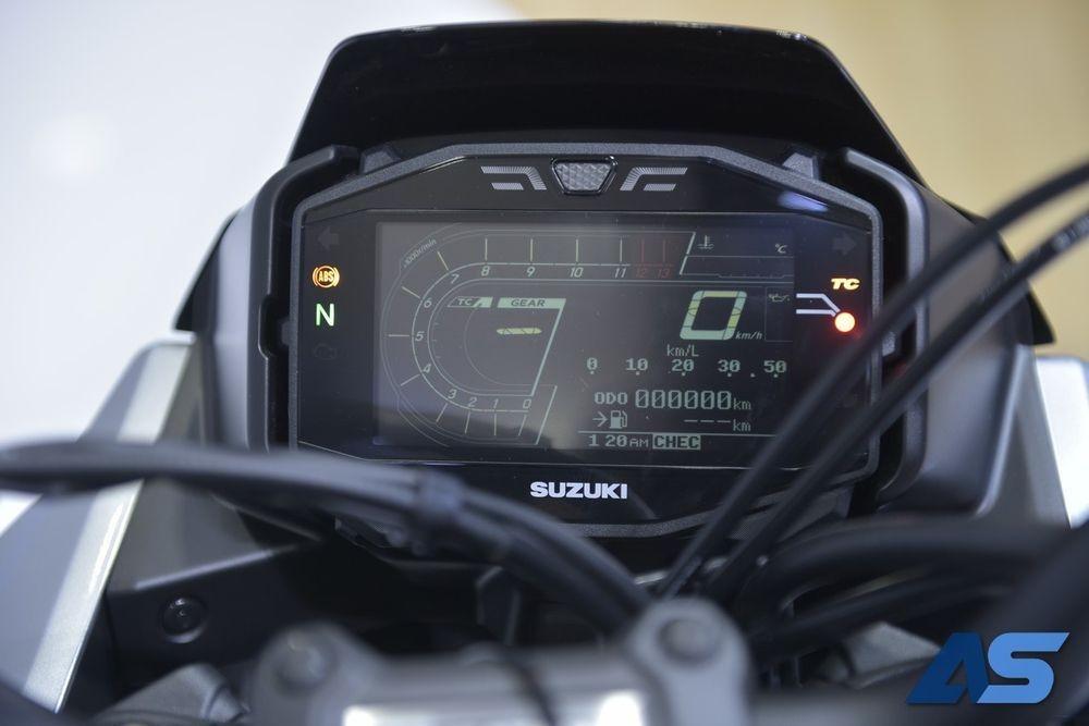 bảng đồng hồ kỹ thuật số hiện đại của Suzuki Katana