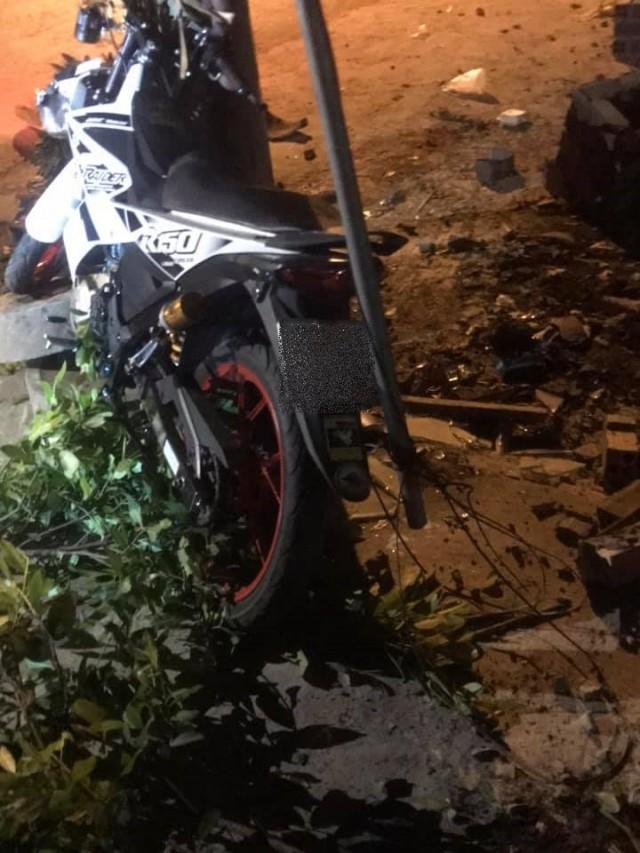 Chiếc Suzuki Raider 150 đâm vào cột điện trong đêm