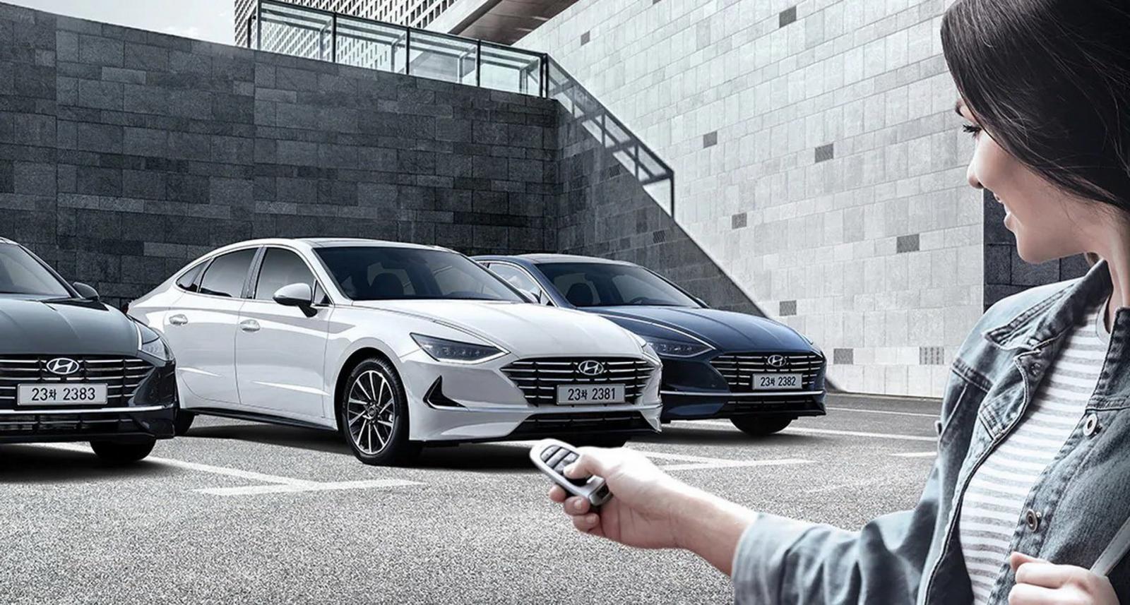 Người dùng Hyundai Sonata 2020 không cần ngồi trong buồng lái mà vẫn có thể đưa xe vào chỗ đỗ