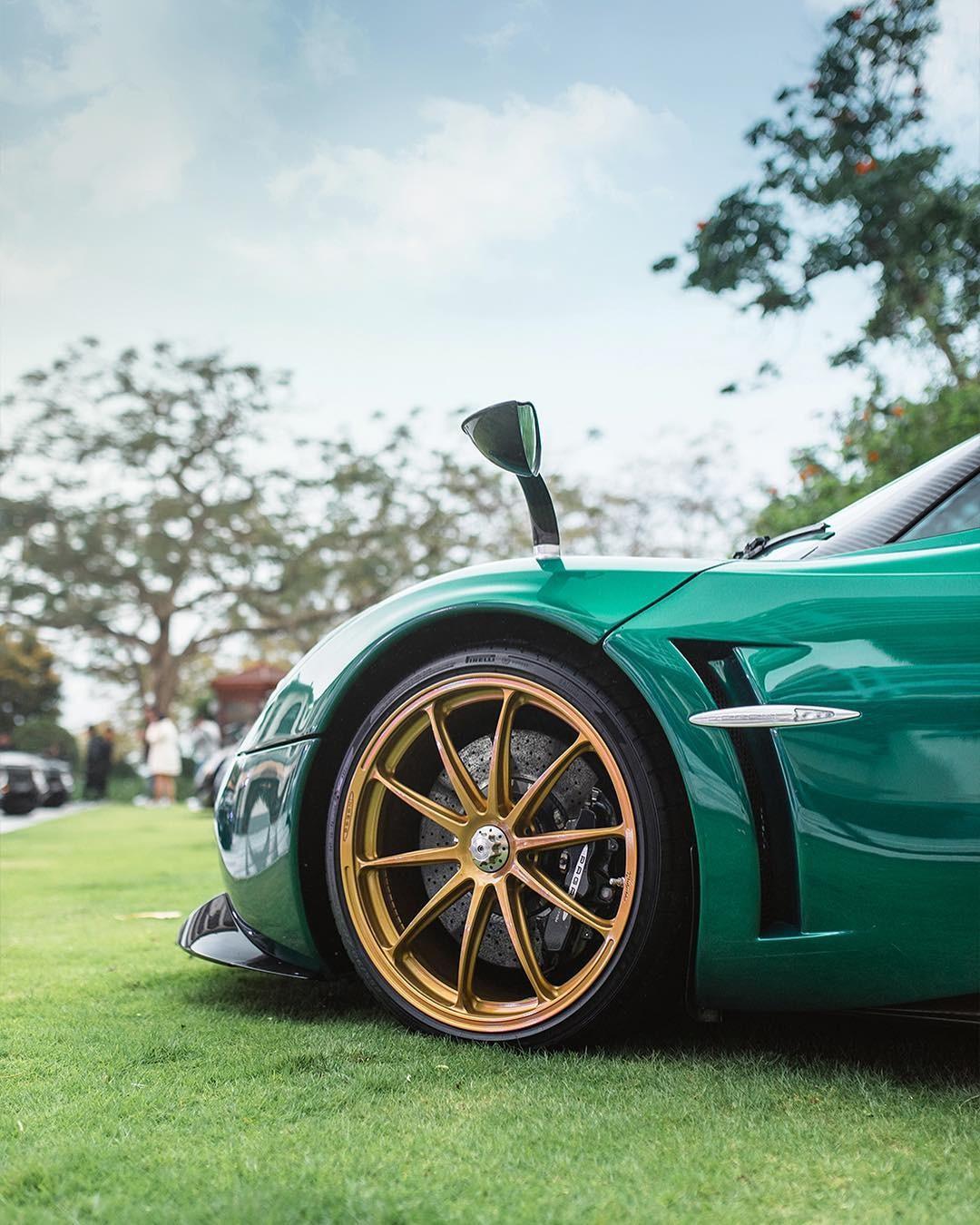 Không chỉ có bộ áo rất đẹp, chiếc Pagani Huayra Coupe này còn đi kèm gói độ chính hãng Pacchetto Tempesta hơn 4 tỷ đồng