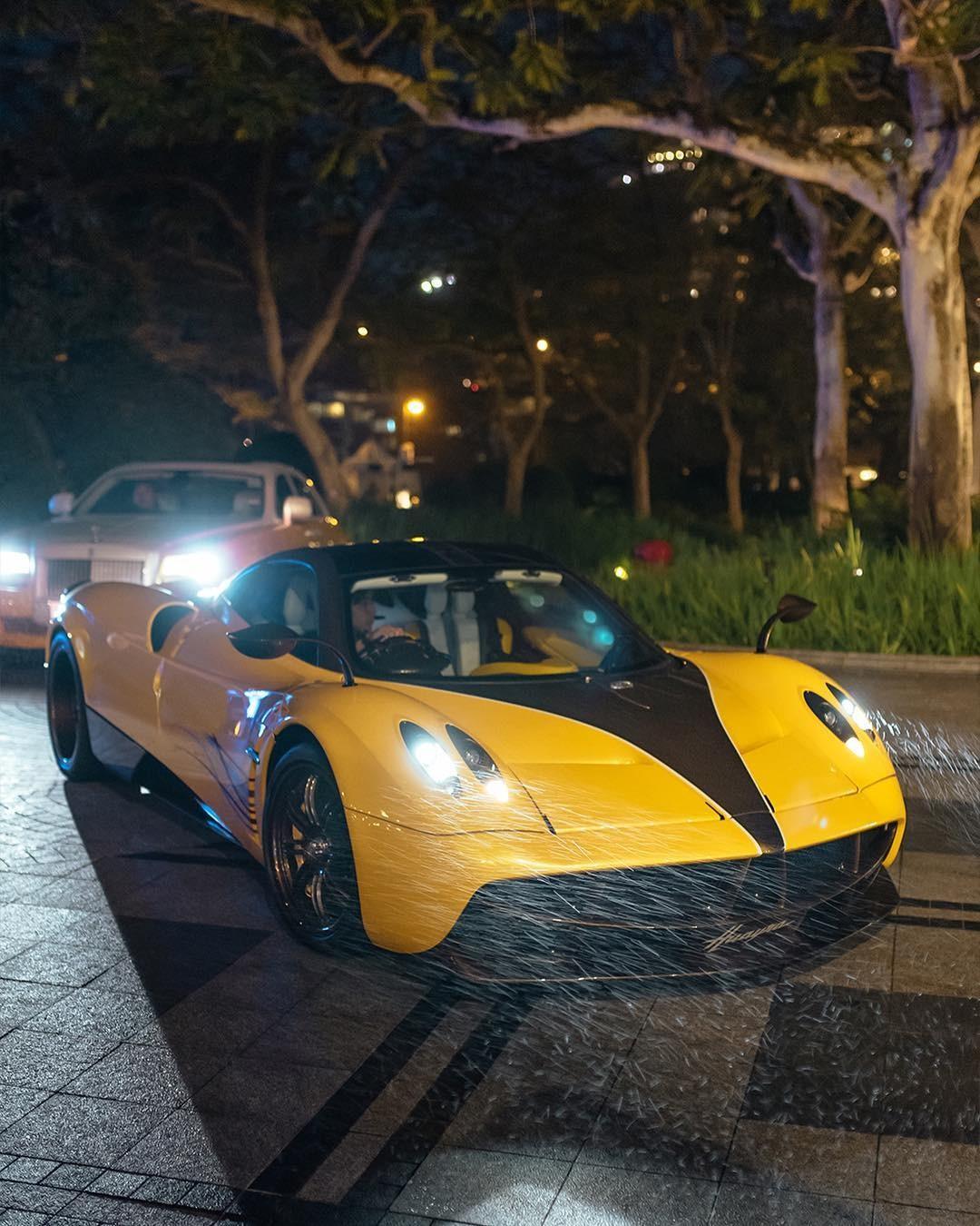1 số đại gia Hồng Kông đến dự tiệc khá trễ trên Pagani Zonda R hay chiếc Pagani Huayra màu vàng rất nổi bật này
