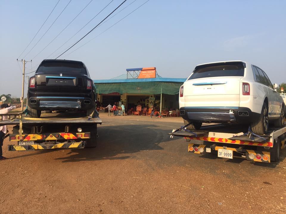 2 chiếc xe cứu hộ chở cặp hắc bạch công tử Rolls-Royce Cullinan tại Campuchia mang biển tứ quý 9