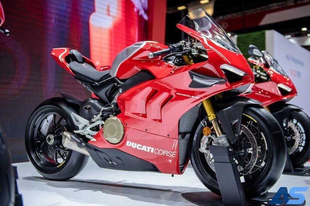 Ducati Panigale V4R được trang bị hệ thống xả độ Akrapovic, giúp giảm trọng lượng xe đồng thời tăng công suất động cơ