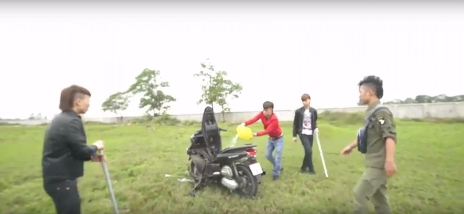 Sau khi đập nát xe, Khá Bảnh cùng những người bạn tiếp tục tẩm xăng đốt xe