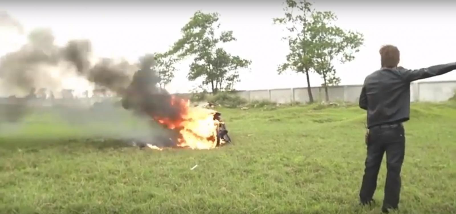 Chiếc xe cháy chỉ còn trơ khung