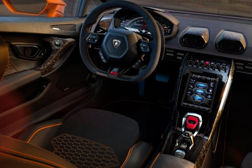 Đưa ra tùy chọn hộp số sàn dành cho siêu xe Lamborghini là không hề đơn giản