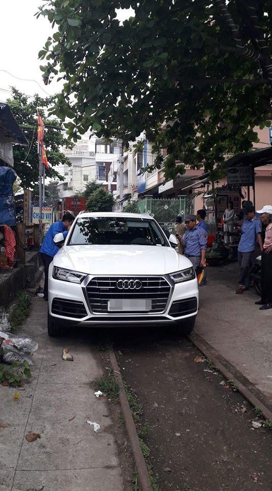Chiếc SUV hạng sang Audi Q5 đỗ trên đường ray tàu hỏa