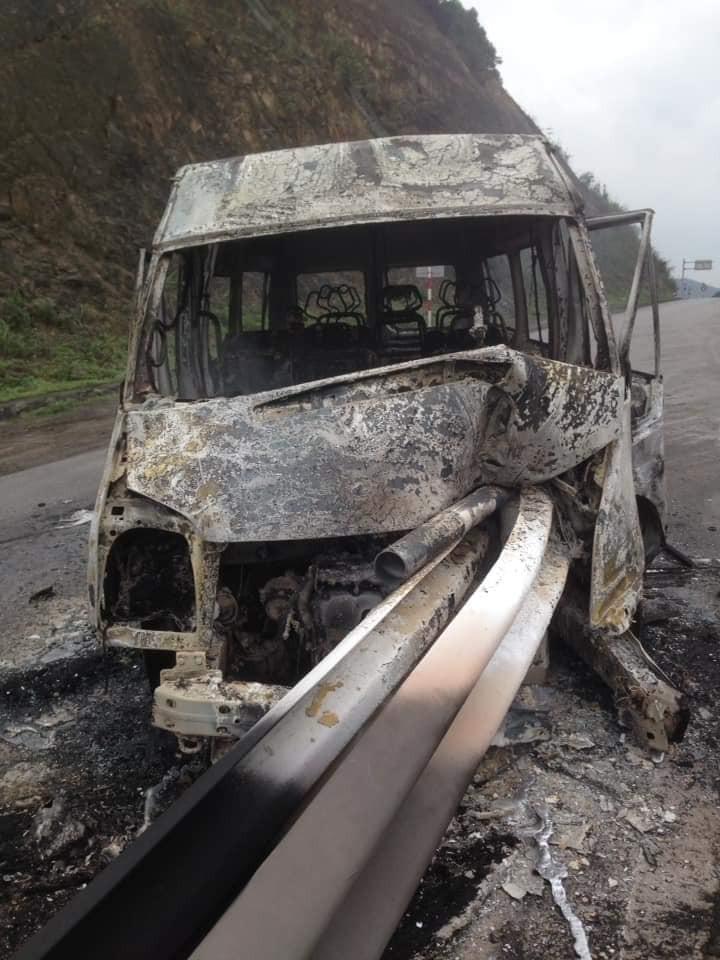 Chiếc ô tô khách bị dải phân cách đâm xuyên qua đầu