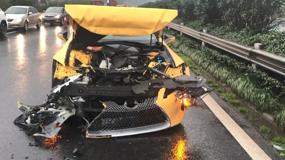 Thiệt hại của chiếc Lexus LC 500h Limited Edition sau tai nạn tông xe dây chuyền