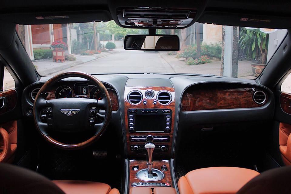 Khoang lái của chiếc Bentley Continental Flying Spur đang được rao bán kết hợp giữa da cao cấp và gỗ quý hiếm