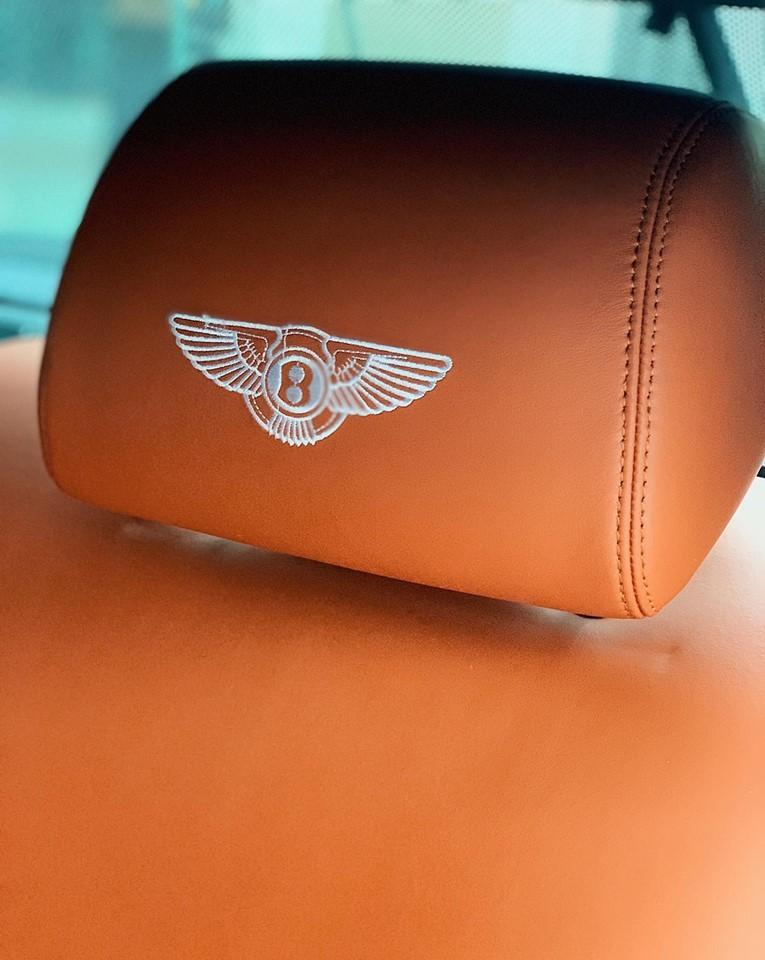 Đôi cánh chữ B thêu trên tựa đầu ghế ngồi hoàn thành màu trắng