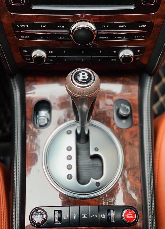 Cần số có khắc ký hiệu chữ B của Bentley
