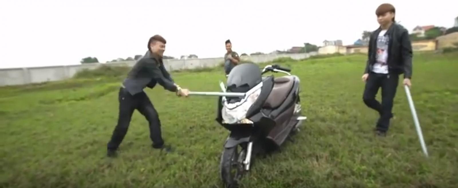Hình ảnh Khá Bảnh cùng bạn bè đập phá chiếc xe tay ga (Ảnh cắt từ Clip)