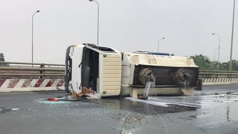 Hiện trường vụ tai nạn lật xe bồn chở xăng trên đại lộ Thăng Long (Ảnh: Facebook)