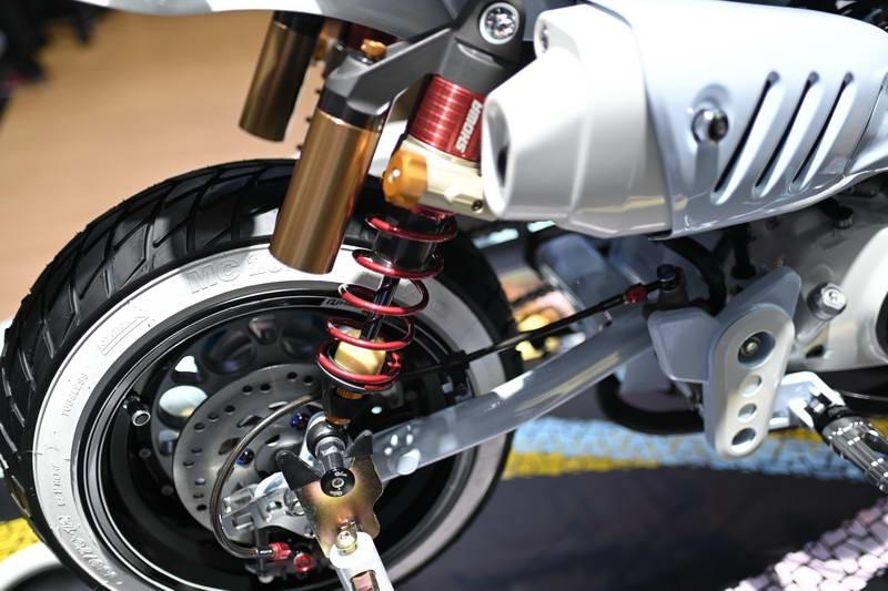 Có thể thấy, cặp mâm nguyên bản của xe đã được thay thế bằng mâm Gale Speed dạng hợp kim độc đáo, phuộc sau Showa bình đầu rời cùng toàn bộ dàn chân sau như gắp, để chân.
