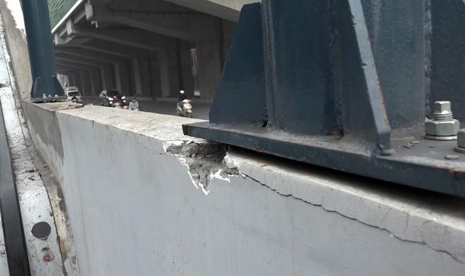 Theo nghi nhận của PV ngày 29/3, tại một số trụ, lan can bê tông cầu thang lên xuống các nhà ga dọc đường Nguyễn Trãi (Thanh Xuân) đến Quang Trung (Hà Đông) vẫn nham nhở các vết đục khoét, bê tông dưới trụ mái che rạn nứt
