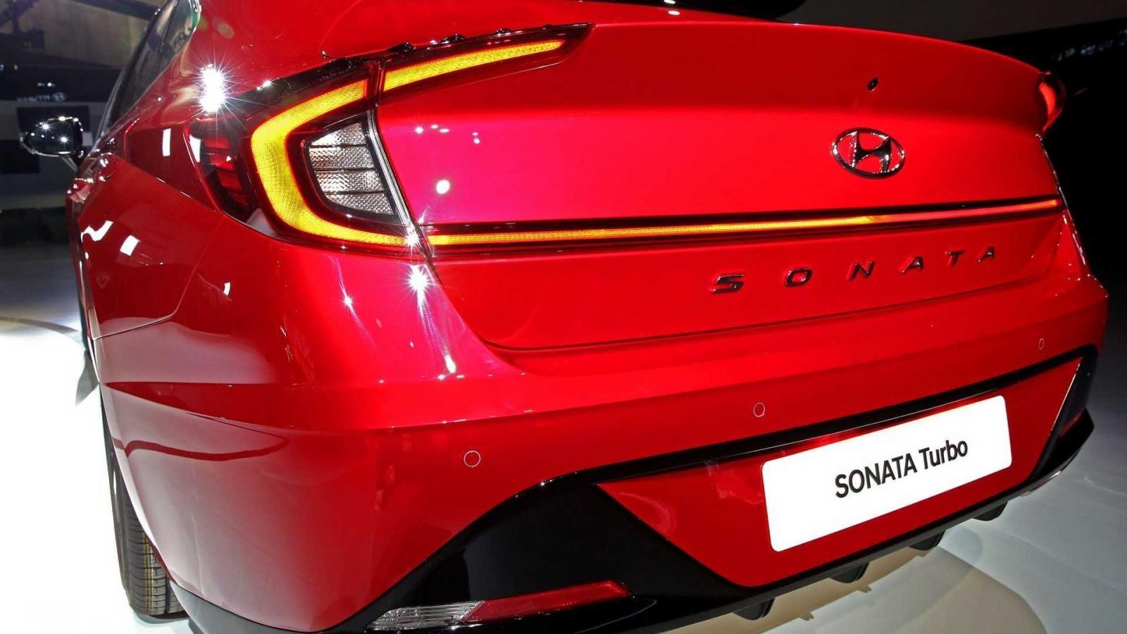 Hyundai Sonata 1.6 Turbo 2020 có cánh gió tích hợp trên cốp sau
