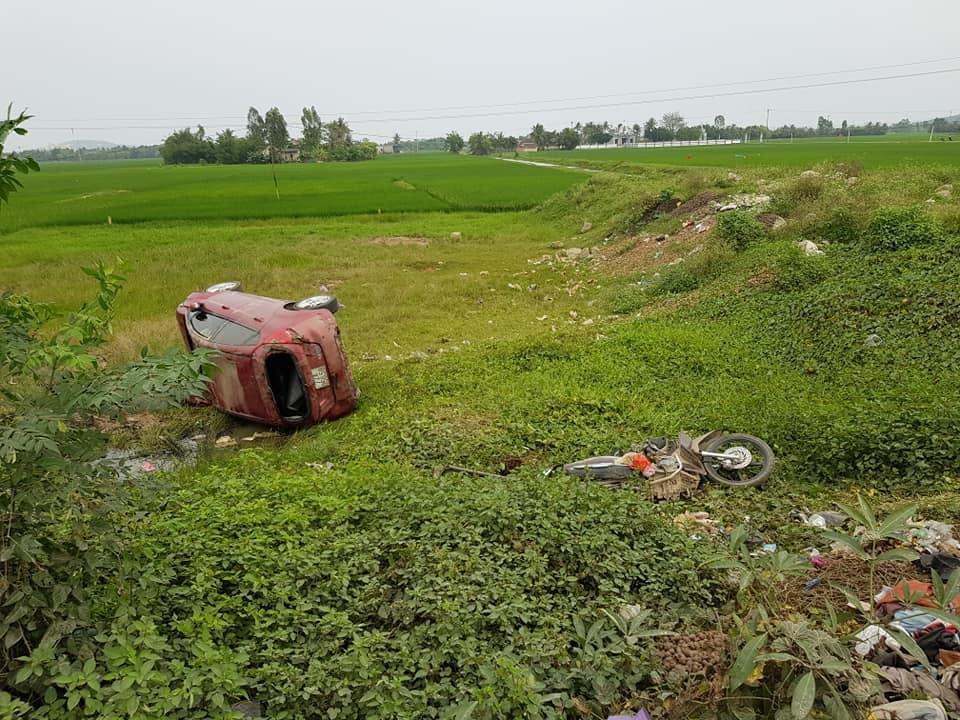 Hiện trường vụ tai nạn giữa chiếc Ford Fiesta và xe máy