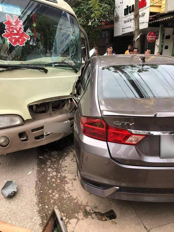 Chiếc xe khách cũng bị biến dạng phần đầu