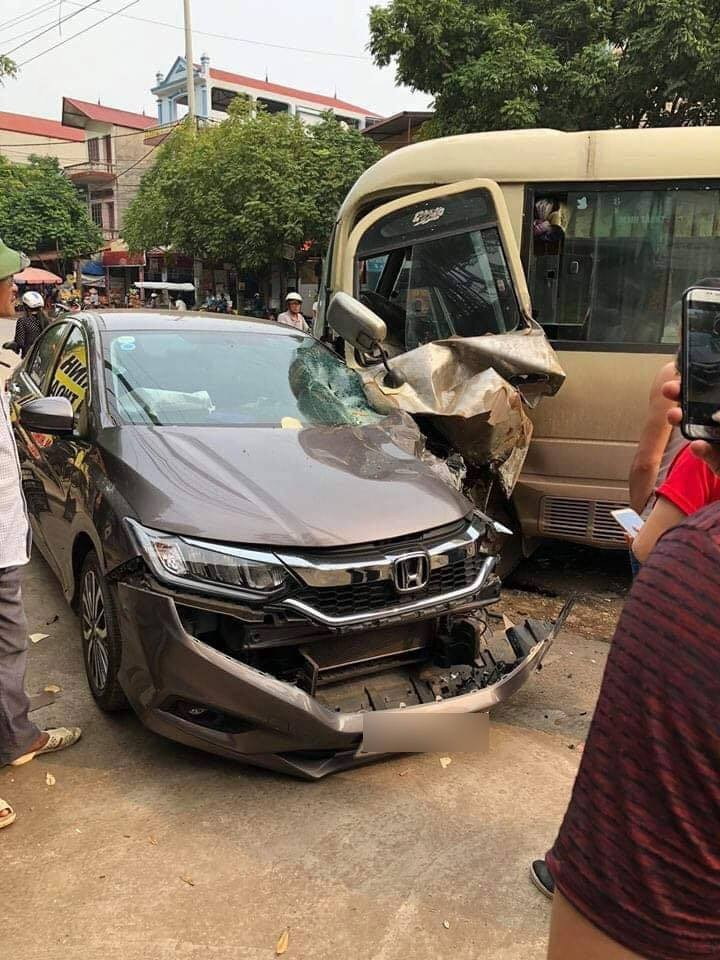 Hiện trường vụ tai nạn giữa chiếc ô tô khách và Honda City