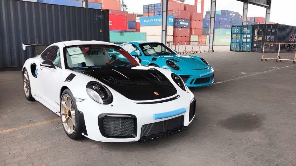 Siêu xe Porsche 911 GT2 RS 2018 và Porsche 911 GT3 RS đời 2019 màu xanh Miami nhập cùng lúc về Việt Nam