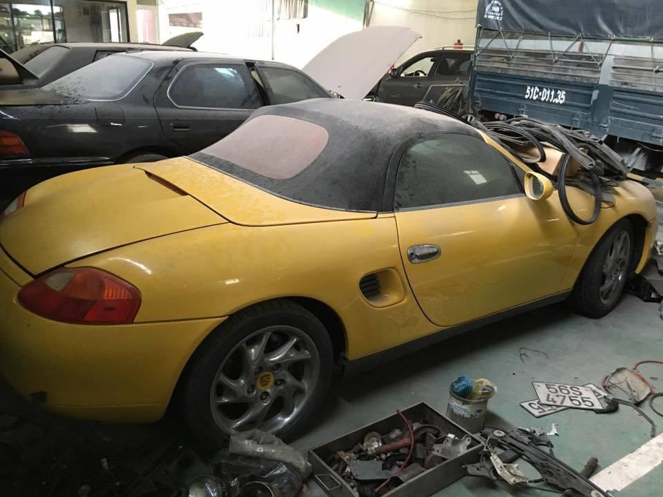 Porsche Boxster 986 màu vàng phủ bụi dày đặc ngoại thất